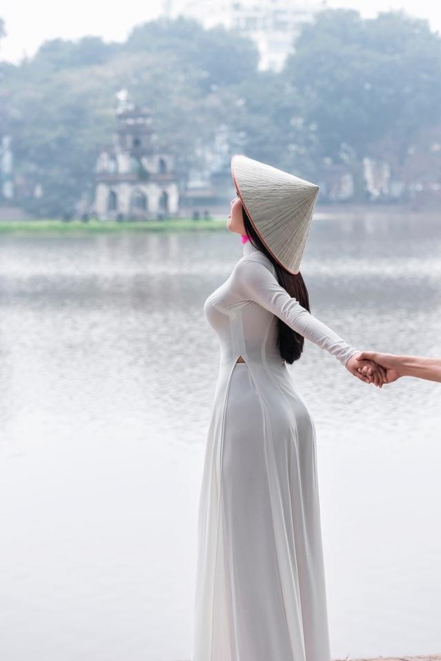 """""""Áo dài trải qua bao nhiêu năm tháng cùng sự phát triển của đất nước, chính vì ý nghĩa lịch sử của chiếc áo dài trở thành điểm nối giao thoa giữa các dòng lịch sử của dân tộc, giữa các thế hệ"""", đó là cảm nhận của Giao Linh về tà áo dài."""