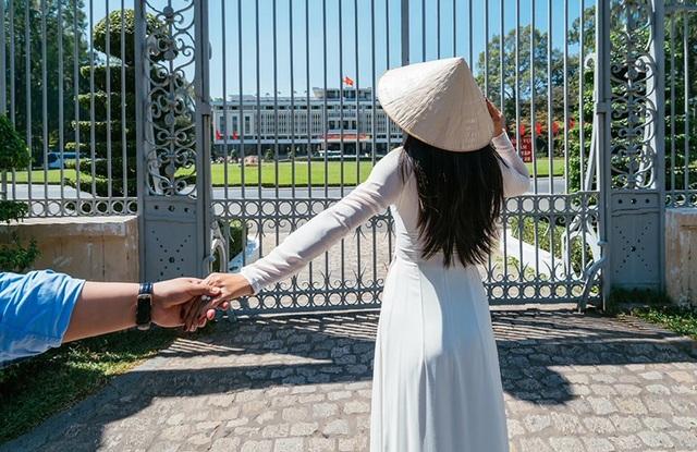 Là quân nhân, chỉ có trọn vẹn có 5 ngày phép, Linh dành hết thời gian để mang áo dài đi khắp nơi, canh từng khoảnh khắc đẹp những địa điểm đẹp để chụp ảnh.