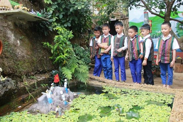 Học sinh tham quan mô hình đảo Gạc Ma