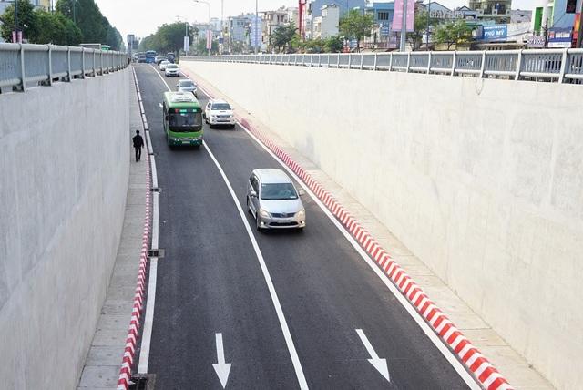 Hầm chui hướng đường Trường Chinh đi quốc lộ 22 có 2 làn xe, hiện chỉ cho phép ô tô qua hầm