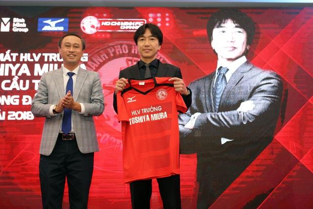 HLV Miura (phải) nhận rất nhiều kỳ vọng khi dẫn dắt CLB TPHCM (ảnh: Q.L)