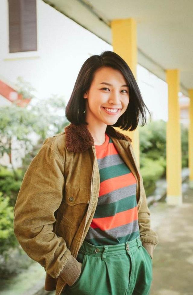 """Thời gian gần đây, MC - Á Hậu Hoàng Oanh được chú ý đặc biệt bởi bộ phim """"Những tháng năm rực rỡ"""" cô tham gia diễn xuất đang tạo hiệu ứng tốt. Trong phim, Hoàng Oanh vào vai Hoàng Mỹ Dung - Đại ca của nhóm nữ quái Ngựa Hoang thời trẻ."""