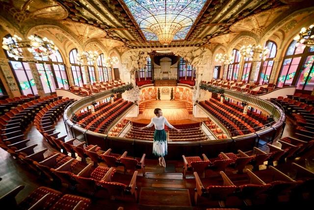 Tại Tây Ban Nha, Hoàng Oanh được tới thăm nhà hát lớn Palau de la Musica Catalana.