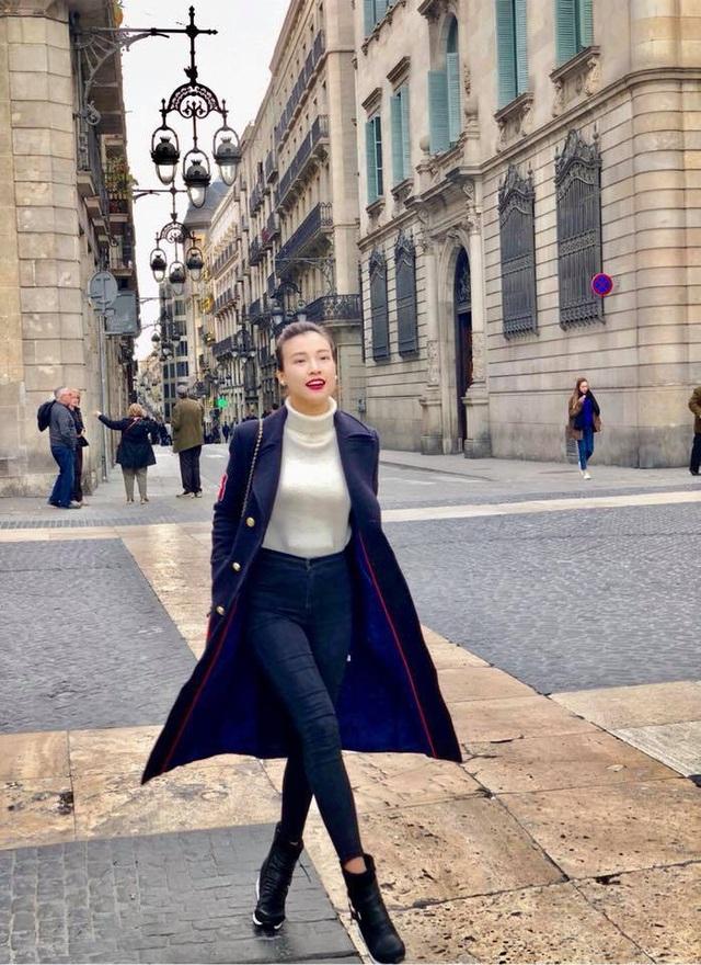 """""""Ngày thứ 2 ở Barcelona, Tây Ban Nha, Hoàng Oanh được đi thăm Gothic Corner - khu phố cổ kính đẹp tuyệt vời, bạn có thể đi dạo ở khu này cả ngày không chán, từ từ khám phá từng ngóc ngách ở đây, chìm đắm trong một thế giới cổ tích của riêng bạn. Đây là nơi Oanh thích nhất""""."""
