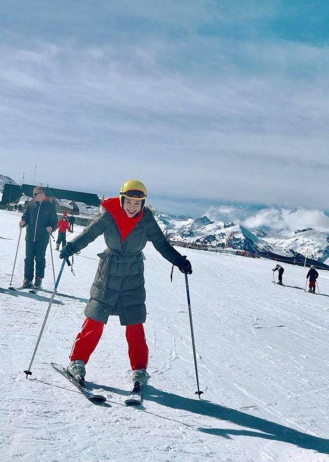 """""""Đại ca"""" thành """"bánh bèo"""" khi học trượt tuyết, Hoàng Oanh chia sẻ, cô đã bị ngã khá đau nhưng rất vui vì trải nghiệm đáng giá."""