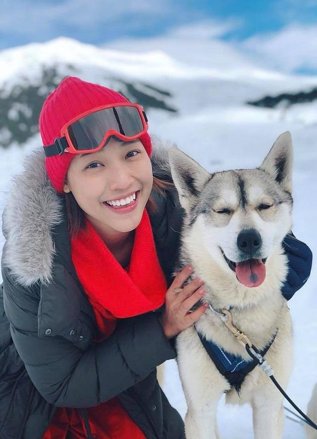 """""""Đại ca đang nghĩ có nên mang em chó tuyết này về nuôi cho ngầu thêm không các bạn? Mấy em cún này đáng yêu lắm, chở Oanh đi khắp núi tuyết ngắm cảnh thiên nhiên đẹp vô cùng"""", Hoàng Oanh hồ hởi."""