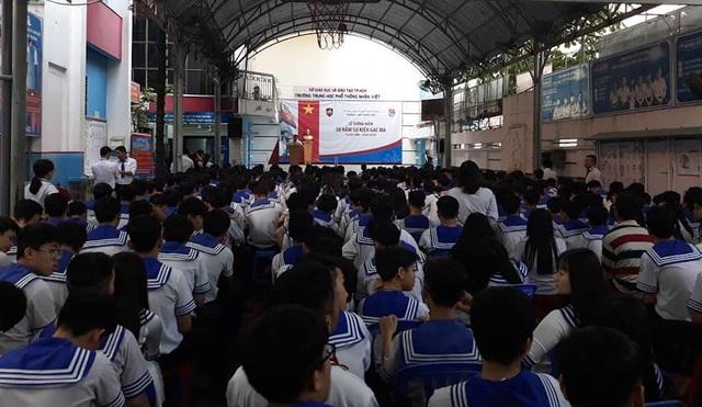 Hơn 500 học sinh trường THPT Nhân Việt (TPHCM) trong lễ tưởng niệm 30 năm sự kiện Gạc Ma sáng ngày 14/3/2018.