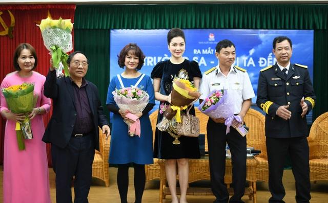Nguyễn Thị Huyền và các khách mời có mặt trong buổi ra mắt sách.