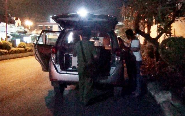 Hiện trường một vụ đập kính xe ô tô trộm tài sản trên đường chính dẫn vào KCN Việt Hương.