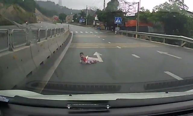 Em bé bò qua đường ngay trước mũi xe ô tô