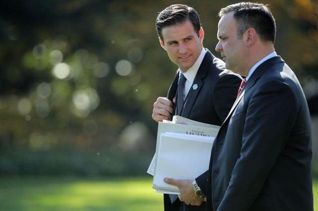 Ông McEntee (trái) bị sa thải khỏi Nhà Trắng mà không được phép mang theo đồ đạc cá nhân (Ảnh: Getty)
