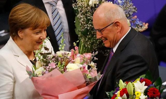 Bà Merkel nhận lời chúc mừng sau khi tái đắc cử nhiệm kỳ 4 hôm 14-3. Ảnh: Reuters