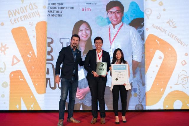 """""""Sư tử trẻ"""" Vũ Hương Thảo (bên phải, ngoài cùng) trong lễ trao giải Vietnam Young Lions"""