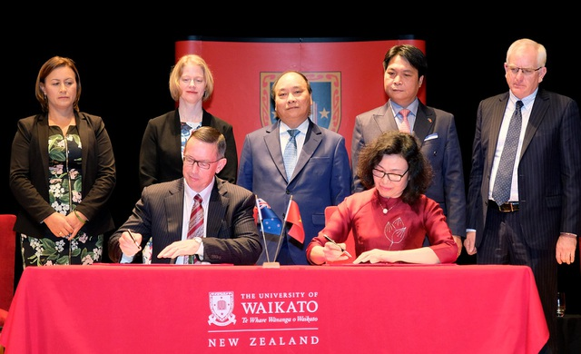 Thủ tướng chứng kiến lễ ký kết thỏa thuận hợp tác giữa Đại học Waikato với các đối tác Việt Nam. Ảnh: VGP/Quang Hiếu