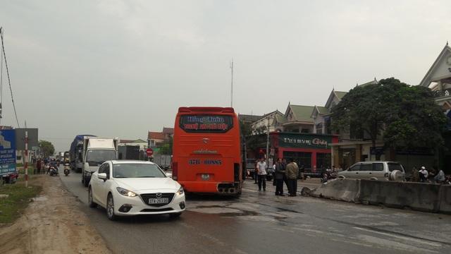 Chiếc xe khách quay ngang đường sau cú va chạm mạnh khiến giao thông bị ách tắc kéo dài.