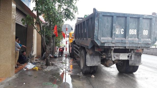 Đang lưu thông chiếc xe tải bị mất lái lao thẳng vào một nhà dân bên đường.