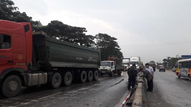 Hai vụ tai nạn liên tiếp khiến giao thông trên quốc lộ 1A đoạn qua địa bàn huyện Diễn Châu, Nghệ An bị ách tắc kéo dài.