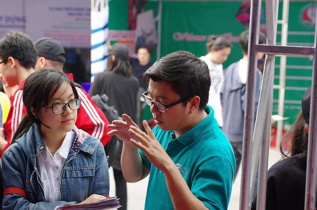 Cán bộ tuyển sinh trường ĐH Kinh tế quốc dân tư vấn cho thí sinh