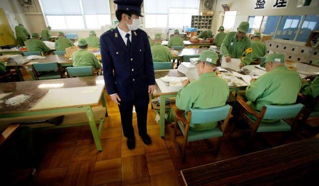 Một quản giáo giám sát các tù nhân lớn tuổi làm việc. (Ảnh: Reuters)