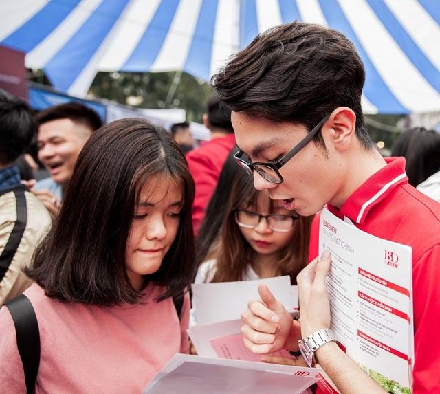 Thí sinh tham khảo thông tin vào trường ĐH Kinh tế quốc dân tại ngày hội tuyển sinh 2018
