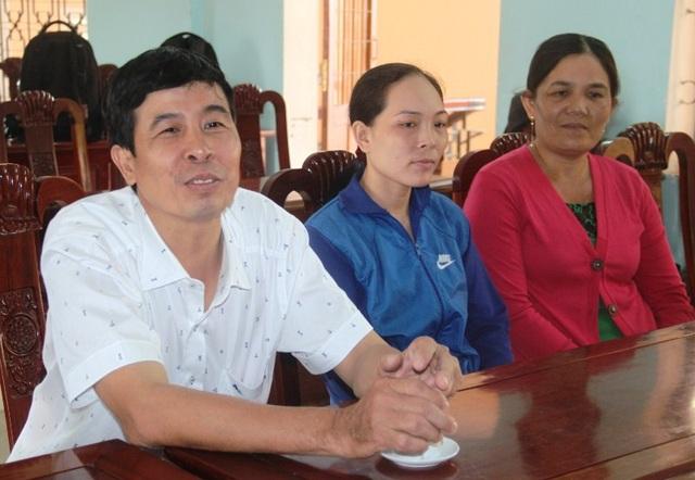 Ông Thắng, bà Hằng và bà Thảo tại buổi bàn giao số vàng cho công an xã giữ.