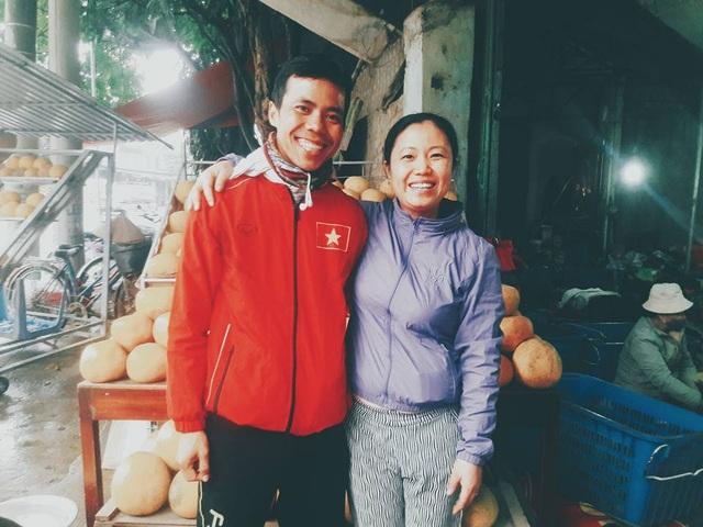 Nhật Hạ chụp ảnh với người dân địa phương trong chuyến đi bộ xuyên Việt của mình