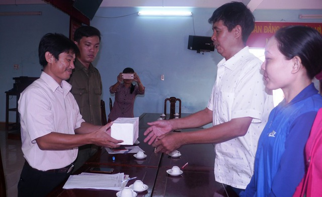 Ông Thắng (trái) cùng 3 người cùng phát hiện số vàng trong bao lúa trao số vàng cho Công an xã Phước Hưng (huyện Tuy Phước, Bình Định).
