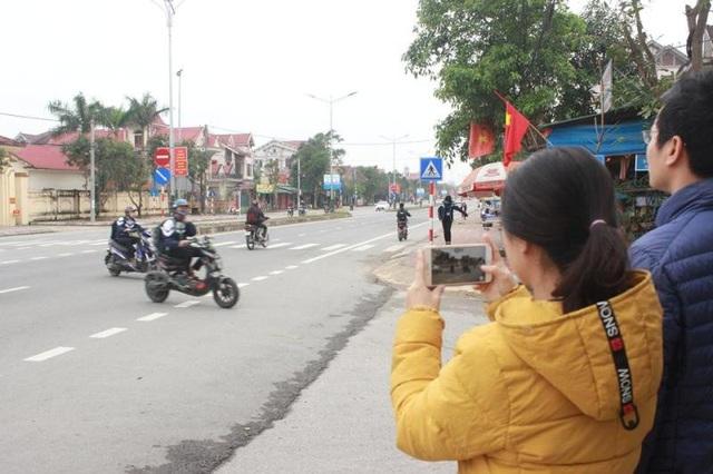 Các đoàn viên đang ghi hình học sinh, phụ huynh tham gia giao thông.