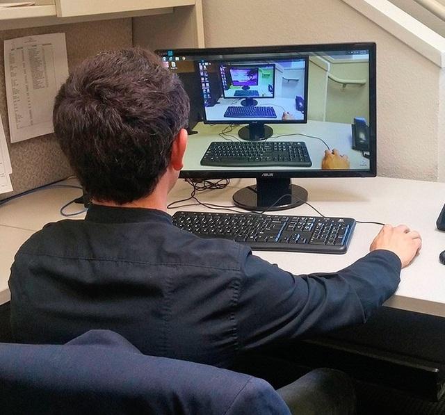Chẳng biết anh chàng này có bị hoa mắt khi nhìn vào màn hình máy tính của mình một thời gian hay không