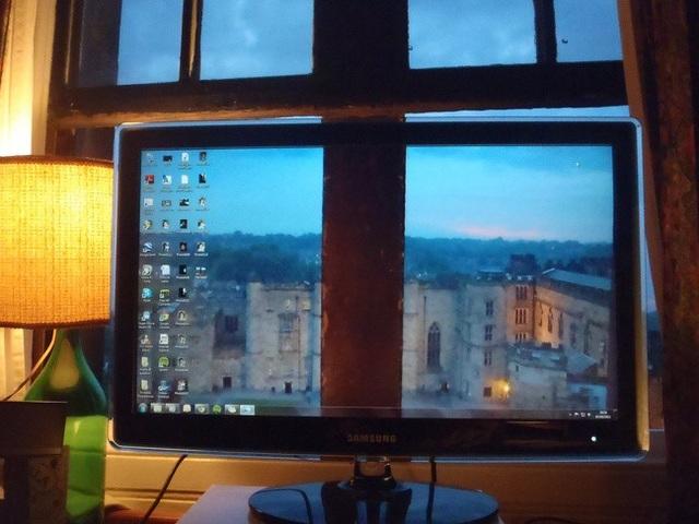 Cách hay để màn hình máy tính không che mất khung cảnh ngoài cửa sổ