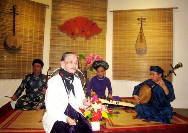 Nghệ nhân ca Huế - Minh Mẫn trong một lần trình diễn tại Câu lạc bộ ca Huế