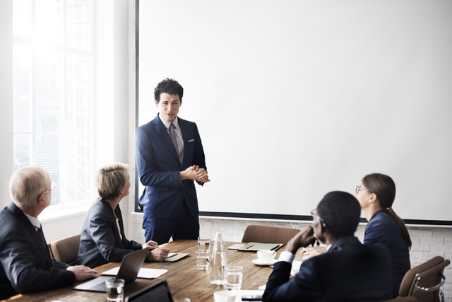 Khi tự tin, bạn dễ thành công thuyết trình, họp hành bằng tiếng Anh.