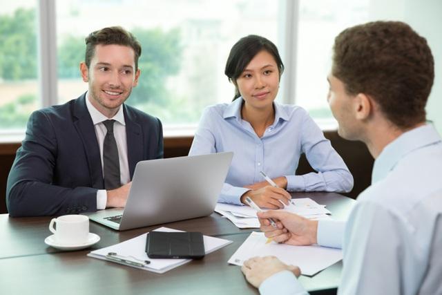 Tiếng Anh giúp bạn tự tin hơn khi giao tiếp hoặc thương thảo công việc.