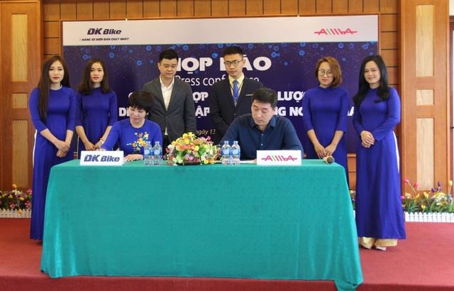 Đại diện DKBIke và AIMA ký thỏa thuận độc quyền phân phối xe điện AIMA tại Việt Nam.