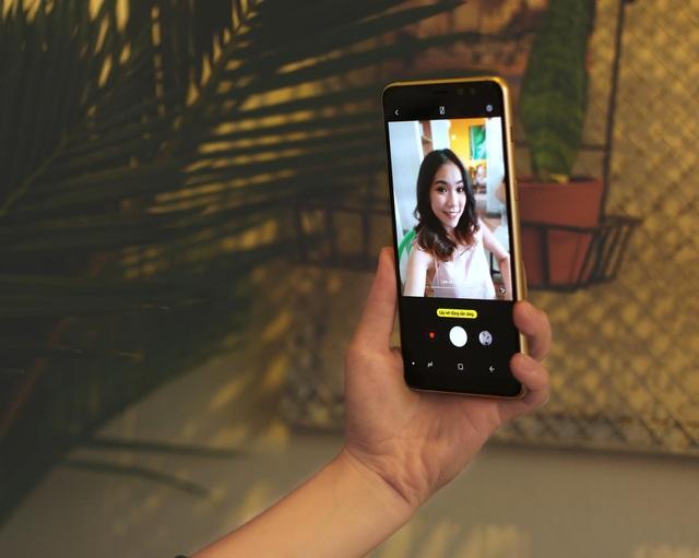 """Dù hoạt động thường xuyên nhất của smartphone chính là """"lượn lờ"""" trên mạng xã hội nhưng công dụng được yêu thích nhất chắc chắn chính là """"selfie"""". Galaxy A8/A8+ được giới công nghệ đánh giá rất cao về những cải tiến vượt bật trong khả năng chụp ảnh, đặc biệt là Live Focus. Cụm camera kép phía trước sẽ giúp nàng sở hữu những bức ảnh selfie xoá phông cực kỳ chuyên nghiệp, không hề kém cạnh những smartphone dòng cao cấp khác. Bên cạnh đó, Galaxy A8/A8+ còn được trang bị hàng loạt tính năng cực """"cool"""" dành riêng cho nàng như chụp ảnh bằng cử chỉ bàn tay Palm Selfie, AR Sticker, Beautifying Mode, Food Mode…"""