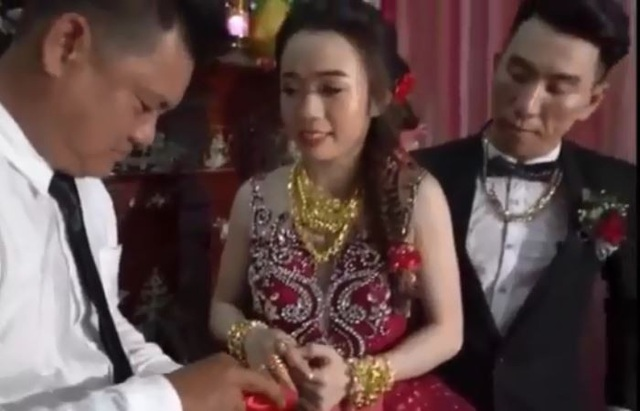 Số vàng được tặng nhiều đến nỗi, cặp đôi phải đeo kín hai tay và nặng trĩu cổ