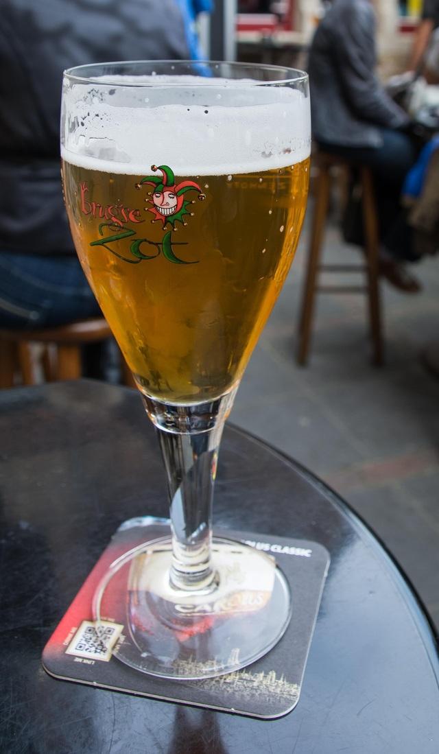 Mỗi quán hàng đều có những cốc đựng bia thiết kế riêng