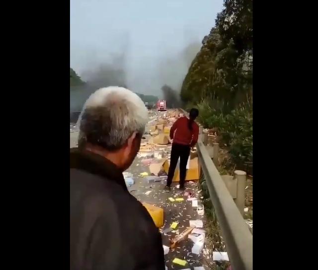 Người dân hiếu kỳ có mặt tại hiện trường tai nạn. (ảnh cắt từ clip)