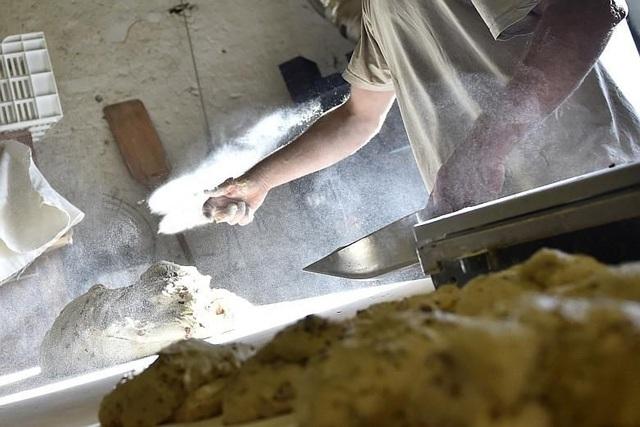 Một thợ làm bánh (Ảnh minh họa: AFP)