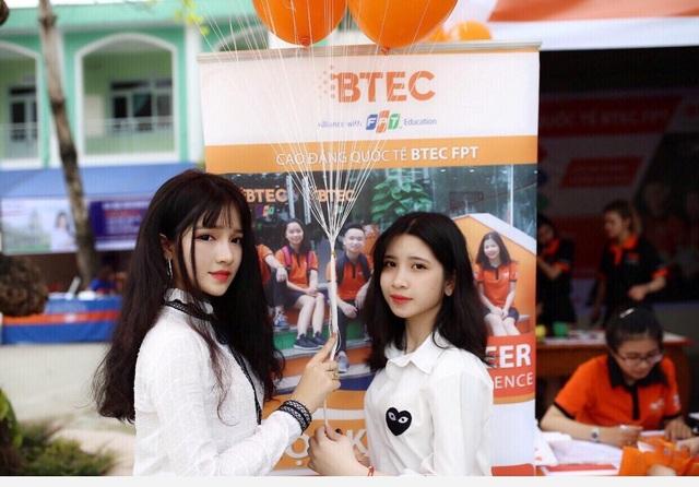 Võ Hồng Tú Uyên (Lớp 12 - THPT Quế Sơn, Quảng Nam) và Nguyễn Thúy My (Lớp 12 - THPT Thái Phiên, Đà Nẵng) đã tới tìm hiểu chương trình học của BTEC FPT trong ngày hội tuyển sinh tại trường THPT Nguyễn Hiền, Đà Nẵng.