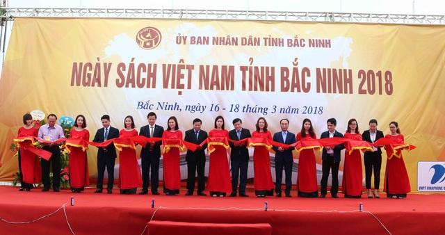 Các đại biểu cắt băng khai trương ngày sách Việt Nam