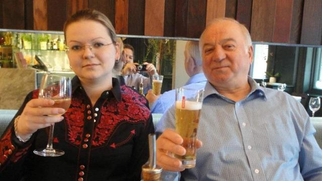 Cựu điệp viên Nga Skripal và con gái (Ảnh: EPA)