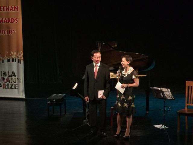 Bà Cecilia Piccioni và Đại sứ Phạm Sanh Châu phát biểu tại buổi hoà nhạc.