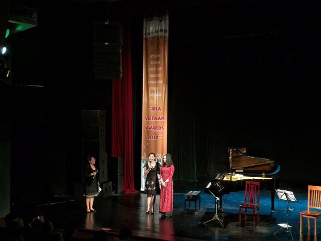 Nguyễn Hoàng Anh - tác giả chiến thắng cuộc thi thiết kế logo kỉ niệm 45 năm quan hệ ngoại giao Italia - Việt Nam nhận quà của Đại sứ quán Italia.