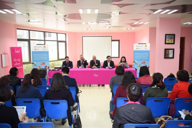 Đại diện Cambridge International và ông Chử Xuân Dũng - GĐ Sở GD ĐT Hà Nội (phải) họp báo sau Hội nghị.