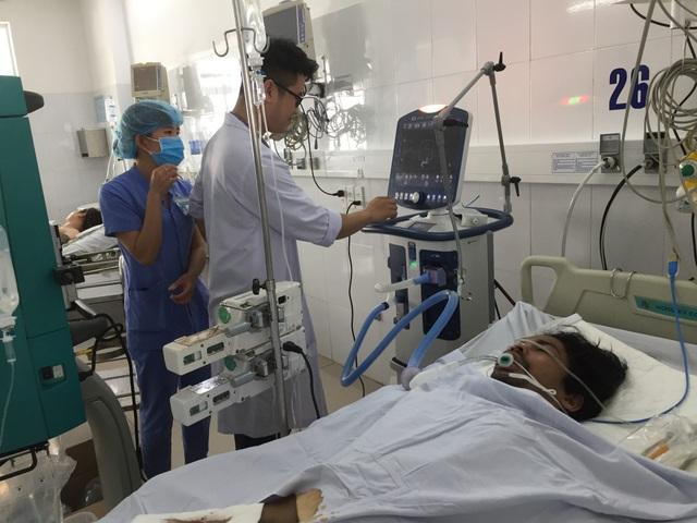Các nạn nhân nghi ngộ độc rượu đang được cấp cứu tại bệnh viện