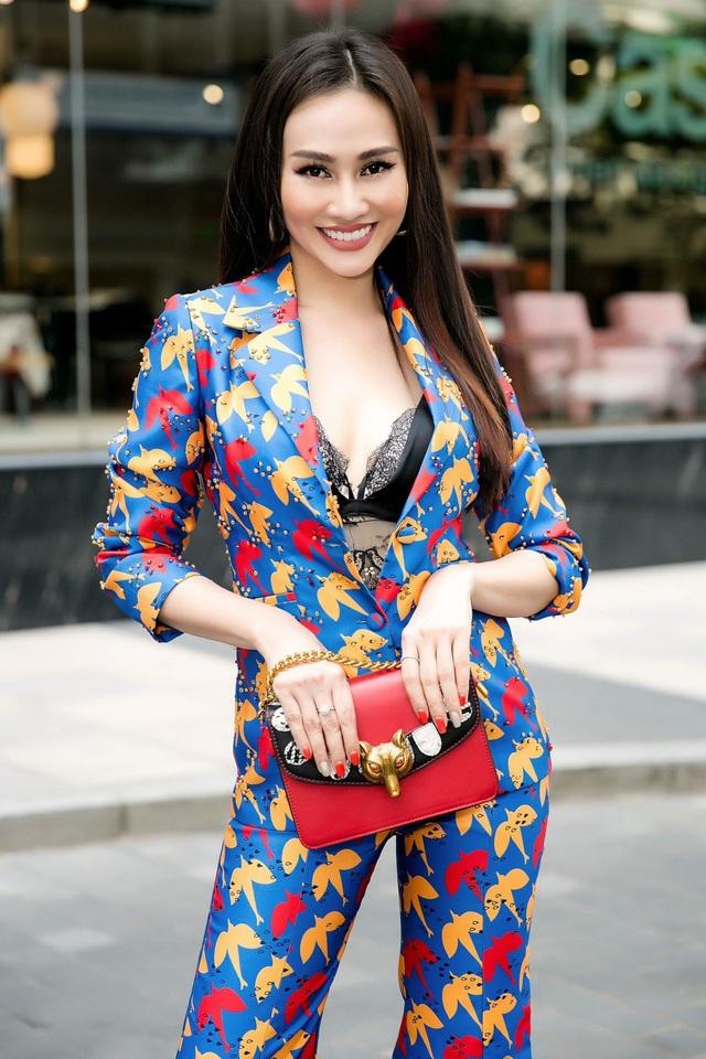 Tuy có niềm đam mê với thời trang nhưng Kim Duyên xác định công việc chính của mình là một MC. Cô chia sẻ, sắp tới, sẽ đảm nhiệm vai trò dẫn dắt chương trình Chuyện trưa 12h trên sóng HTV. Trước đây, những gương mặt đảm nhiệm vị trí MC cho chương trình này đều là những tên tuổi đình đám Á hậu Quốc tế Thúy Vân, Á hậu Phụ nữ Việt Nam qua ảnh Hoàng Oanh,…
