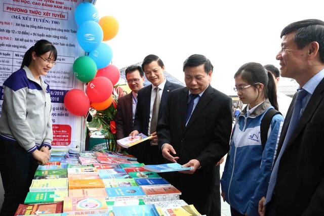 Ông Nguyễn Nhân Chiến Bí thư tỉnh Uỷ Bắc Ninh cùng các đại biểu thăm quan các gian trưng bày sách