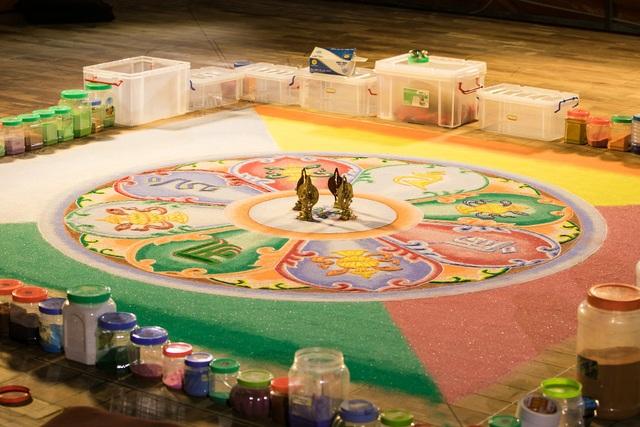 Toàn cảnh bức tranh Mandala Phật Quan Âm Đại Bi Thiên Thủ Thiên Nhãn có đường kính lên tới 9m do 20 vị cao tăng đến từ vùng Himalaya trực tiếp thực hiện