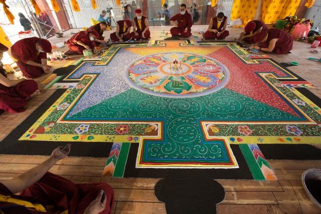 Tranh Mandala Phật Quan Âm bằng ngọc đá quý lập kỷ lục Việt Nam - 1